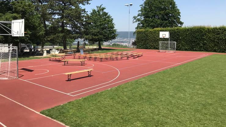 Heute Abend findet die Gemeindeversammlung auf dem Sportplatz statt.
