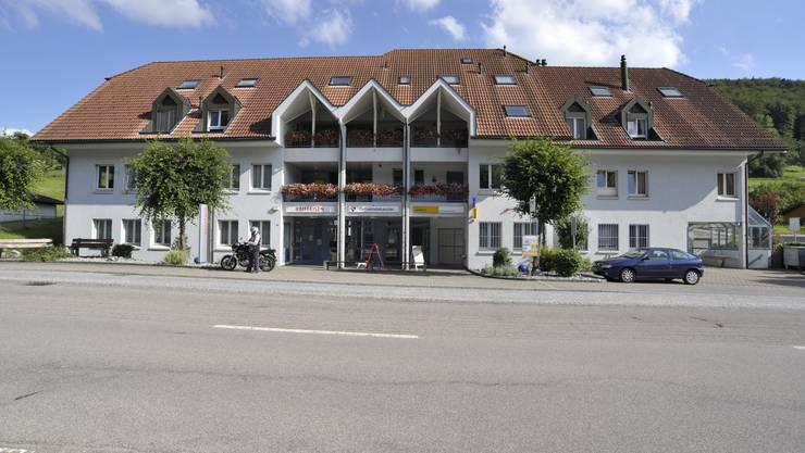 Die Post befindet sich im rechten Gebäudeteil.