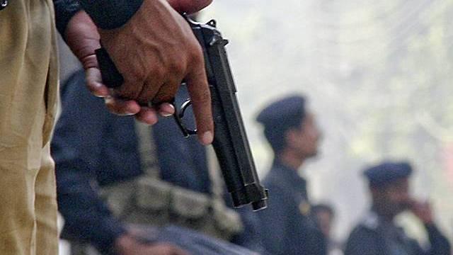 Polizisten in Lahore bewachen nach den Anschlägen das FIA-Gebäude