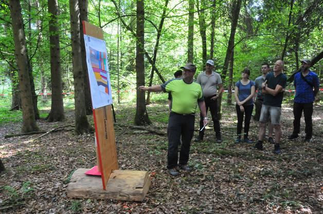 Private Waldeigentümer: Stefan Probst zeigt die flickenteppich-artige Zerstückelung der Parzellen.