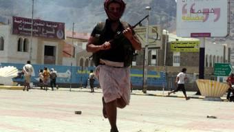 Ein Anhänger von Hadi kämpft in Aden gegen Huthi-Rebellen (Archiv)