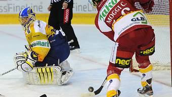 Claudio Moggi umspielt HCD-Goalie Leonardo Genoni
