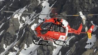 Bei Bergunfällen sind am Wochenende vier Menschen getötet und zwei weitere verletzt worden. Im Einsatz stand für Bergungsarbeiten auch die Schweizerische Rettungsflugwacht (Rega). (Archivbild)