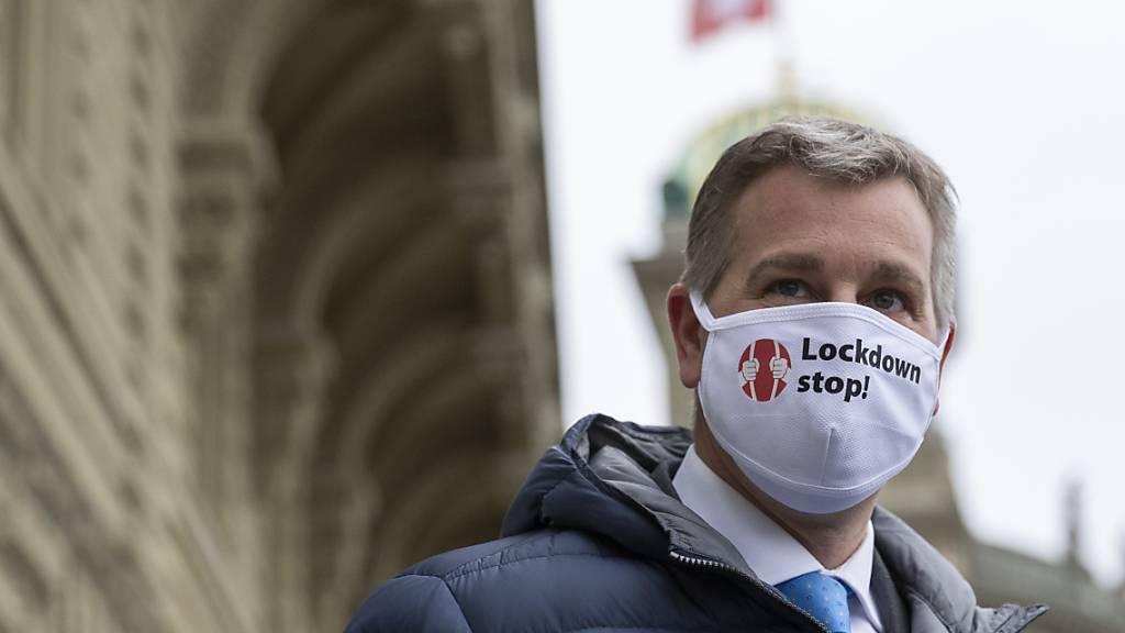 Marco Chiesa, Parteipräsident der SVP, befürwortet eine Maskenpflicht im Freien, wie sie die Tessiner Gemeinde Ascona ergriffen hat. (Archivbild)