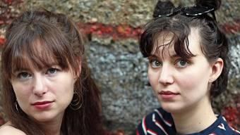 Die Schwestern Adina und Steffi Friis unterstützen sich bei ihrer Kunst gegenseitig.