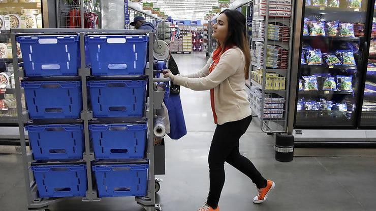 Der grösste private Arbeitgeber in den USA, die Einzelhandelskette Walmart, erhöht den Mindestlohn: Angestellte erhalten von Beginn weg 11 statt 9 Dollar. (Symbolbild)