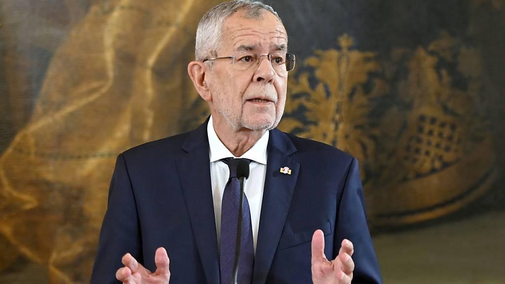 Österreichs Bundespräsident Alexander Van der Bellen spricht bei einem Statement zur Regierungskrise in der Präsidentschaftskanzlei. Foto: Herbert Neubauer/APA/dpa