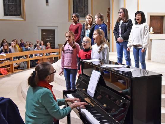 Die Gesangsschülerinnen werden von Katharina Bader am Klavier begleitet.