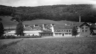 Die Lahco AG an der Mellingerstrasse, dahinter erste Einfamilienhäuser an der Kehlstrasse (1945).
