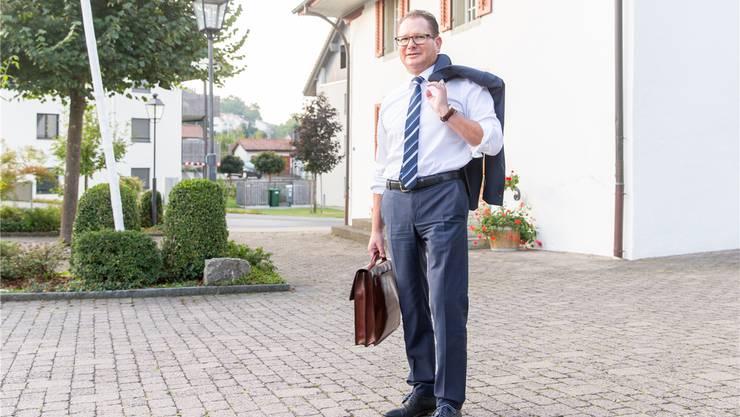 Persönliches Profil: Rolf Jäggi (geboren 1969) machte eine Lehre als Schreiner. Danach verliess er den Beruf und wechselte in den Werkschutz bei der Axpo Power AG. Er studierte später Rechtswissenschaft und schloss 2009 mit dem Bachelor of Law (BLaw) ab. Er machte weitere Ausbildungen, ist heute Leiter Werkschutz im Kernkraftwerk Beznau. Er wohnt mit seiner Lebenspartnerin, Susanne Hächler, in Egliswil.