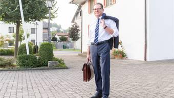 Selbst in Anzug und Krawatte gibt sich der Egliswiler Ammann Rolf Jäggi vor dem Gemeindehaus bodenständig und hemdsärmelig. Claudio Thoma