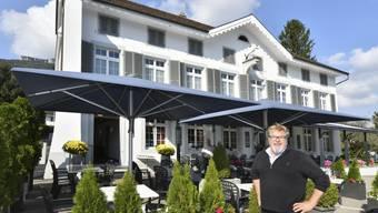 Wirt Stefan Baumgartner vor seinem «Rössli» in Oensingen.