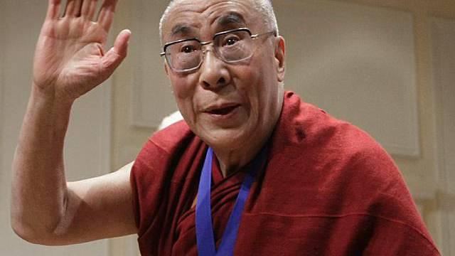Der Dalai Lama nach Erhalt der NED-Medaille