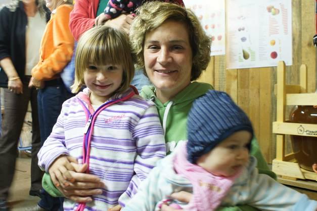 Claudia Zindel mit ihren Töchtern.