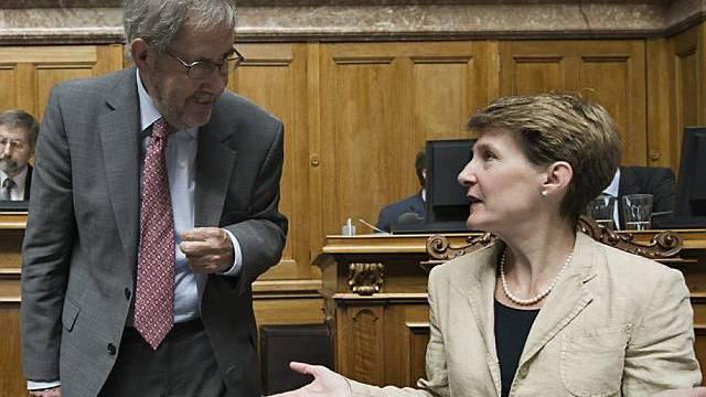 Kommissionssprecher Hans Kaufmann und Bundesrätin Simonetta Sommaruga befassen sich mit der