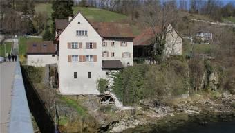 Die Brunnenmühle liegt direkt neben dem Mühlesteg an der Aare und gilt für die Brugger als Wahrzeichen der Stadt.