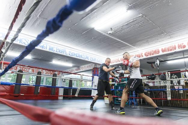 Alexander Nedbei führt einen Aufwärtshaken in Richtung der Pratzen seines Trainers, Parvis Karimi, aus. Sie stehen dabei im Ring des Schlieremer Ringclubs.