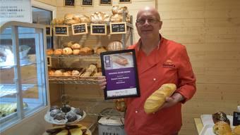 Bessere Tage: Daniel Wenk mit der Auszeichnung für sein Weissbrot. zvg