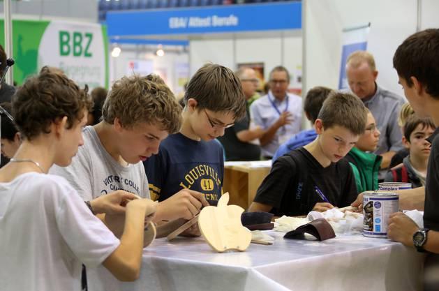 Das braucht Konzentration: Potentielle zukünftige Schreiner lackieren ihre selbstgesägten und geschliffenen Holzteile.
