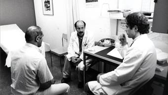 1988: Der Heks-Dolmetscherdienst (heute: Lunguadukt) hilft beim Gespräch zwischen Arzt und türkischem Patienten im Kantonsspital Basel.