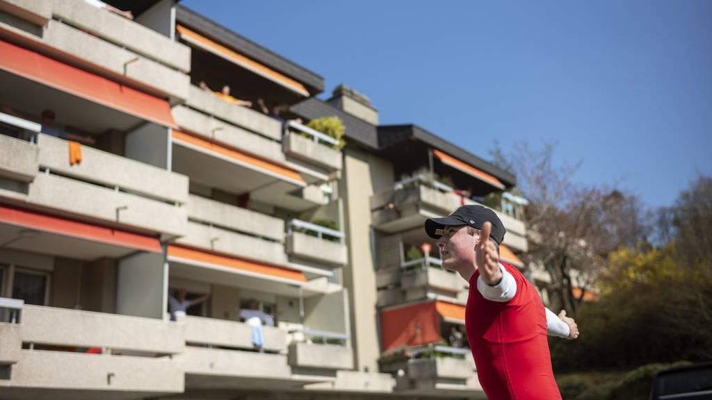 Jungspund bringt Senioren auf ihren Balkonen in Schwung