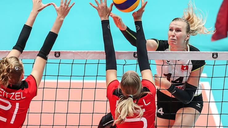 Captain Laura Künzler (links) schliesst einen erfolgreichen Schweizer Angriff ab