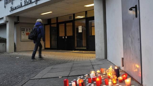 Kerzen brennen vor der Heinrich-Roth-Gesamtschule in Bodenfelde in Gedenken an die zwei toten Jugendliche