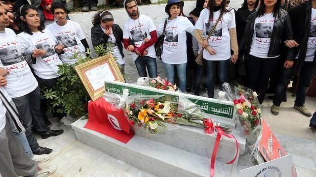 Menschen versammeln sich am Grab von Chokri Belaïd