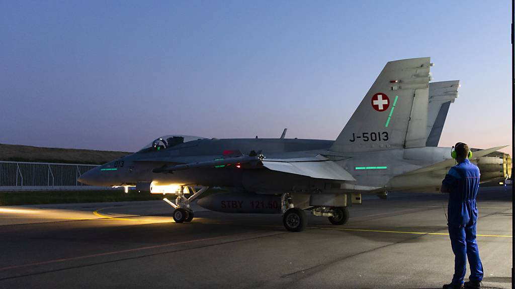 Noch bis am 22. Juli keine Kampfflugzeug-Einsätze: Militärflugplatz Payerne, hier mit einer F/A-18 bei der Vorbereitung eines Alarmstarts. (Archivbild)