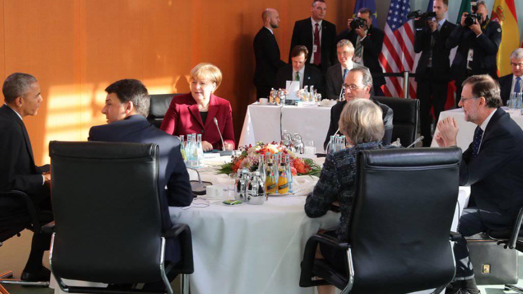 Obama (l.) bei seinem Treffen mit Renzi, Merkel, Hollande, May und Rajoy (v.l.n.r.) im Kanzleramt in Berlin. Bei den Gesprächen der sechs Staats- und Regierungschefs ging es erneut auch um den anstehenden Machtwechsel in Washington.
