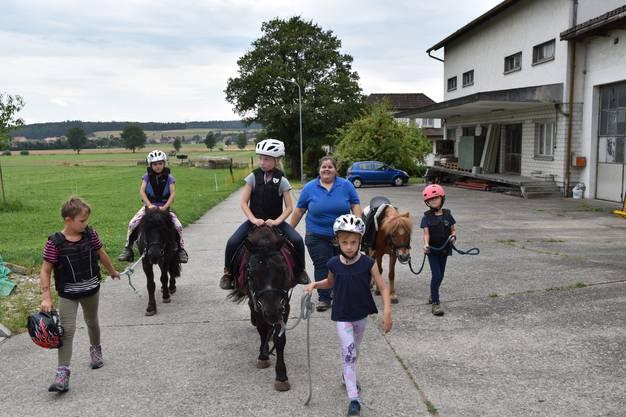 Beim Ausritt wurde regelmässig abgewechselt, so dass alle einmal auf einem Pony reiten konnten