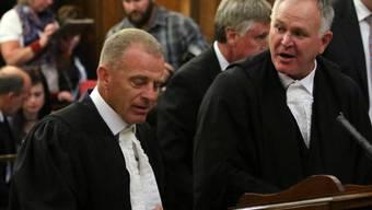 Der Verteidiger von Oscar Pistorius, Barry Roux (rechts) und Staatsanwalt Gerri Nel am Dienstag am Obersten Berufungsgericht in Bloemfontein.