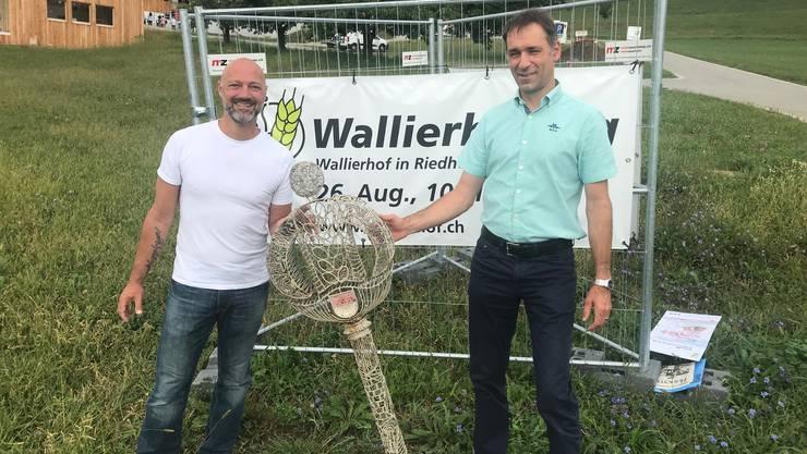 Der Finder Michel Maire und Wallierhof-Direktor Jonas Zürcher