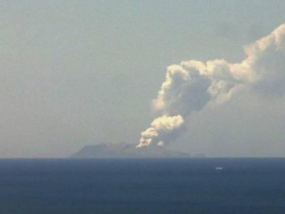 Fernsehbilder zeigten eine enorme Aschewolke, die über der Insel in den Himmel stieg. White Island liegt etwa 50 Kilometer nördlich der Küste von Neuseelands Nordinsel.