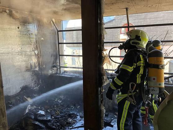Siders VS, 22. September: Bei einem Balkonbrand in einem Mehrfamilienhaus ist die Gasflasche eines Grills explodiert. Verletzt wurde niemand.