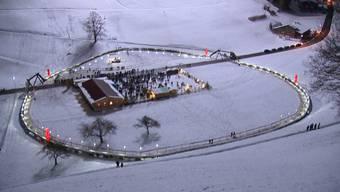 121.6 Meter Durchmesser und 400 Meter Umfang - mit diesem Adventskranz schafft es die Toggenburger Gemeinde Mosnang ins Guinness-Buch der Rekorde.