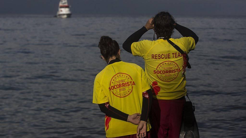 Private Helfer halten auf Lesbos Ausschau nach Bootsflüchtlingen