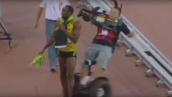 Es ist ein weiterer Freudentag für Usain Bolt: Der Jamaikaner gewann über 200 Meter gold in 19,55 Sekunden. Eine starke Zeit, die der Seriensieger dann auch ausgelassen feiern wollte. Wäre da bloss nicht dieser chinesische Kameramann gewesen...
