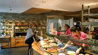 Der Laden im Café Knaus wurde grosszügig ins Restaurant hinein verlängert, im Hintergrund ist der neue Café-Teil zu sehen.