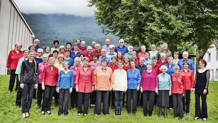 Die beiden Chöre mit ihren Dirigentinnen an einem Probeweekend in Matzendorf.