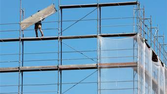 Solange man kurze Hosen tragen kann, gibt es auf den Baustellen genügend Arbeit. Problematischer wird es, wenn der Winter kommt: Viele Bauarbeiter im Limmattal landen dann auf dem RAV (Symbolbild)