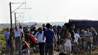 Überlebende des Zugunglücks im westtürkischen Tekirdag warten auf ärztliche Betreuung.