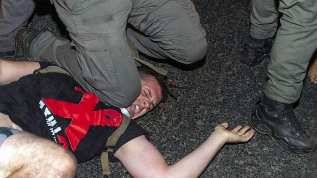 Bei einer Kundgebung gegen den israelischen Regierungschef Benjamin Netanjahu ist die Polizei gewaltsam gegen die Demonstranten vorgegangen.