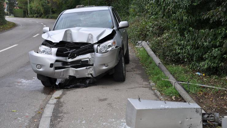Das Auto prallte frontal in den Kandelaber.