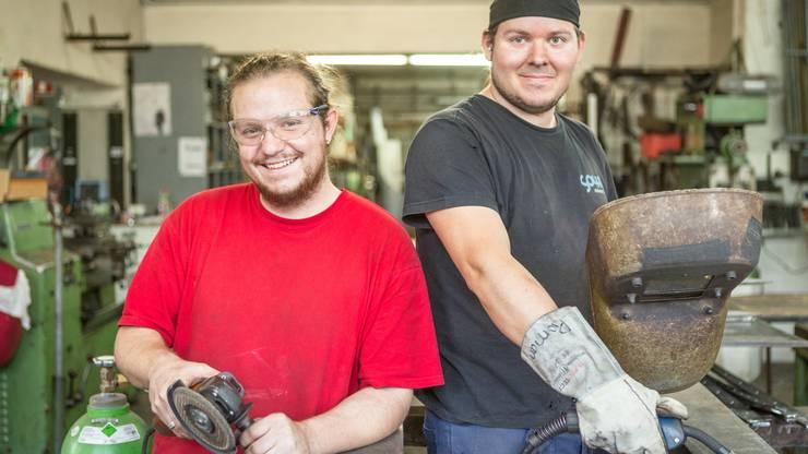 Die beiden Kunstschlosser Kevin Krah aus Urdorf (links) und Roman Spycher aus Dietikon werden die Skulptur zusammen mit ihrem Chef Bracher fertigen.