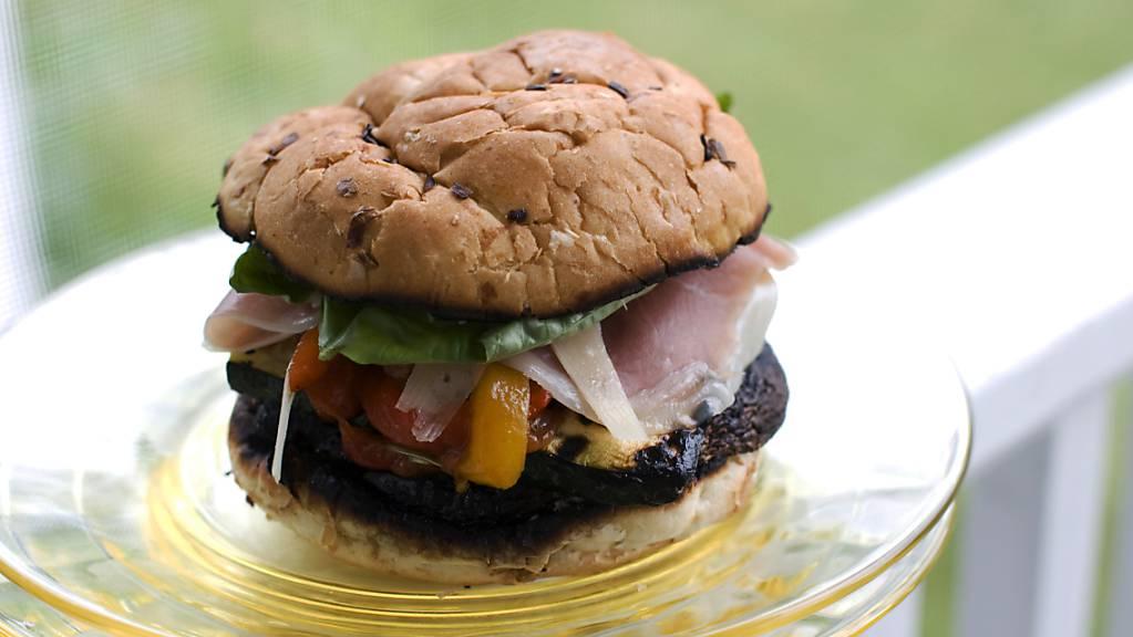Burger aus pflanzlichen Produkten sind bei Schweizerinnen und Schweizern besonders beliebt. (Symbolbild)
