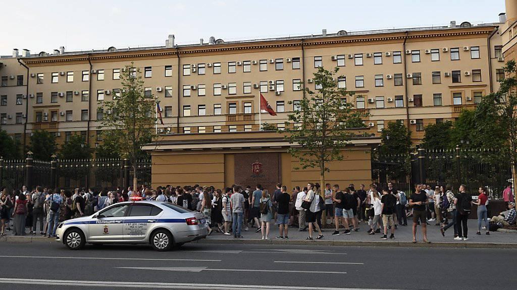 Berufskollegen und Freunde Golunows protestieren vor dem Innenministerium in Moskau gegen die Festnahme des Journalisten.