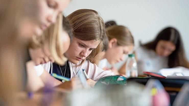 So gedrängt wie in dieser Klasse darf der Unterricht in nächster Zeit nicht stattfinden. Archivbild: Keystone