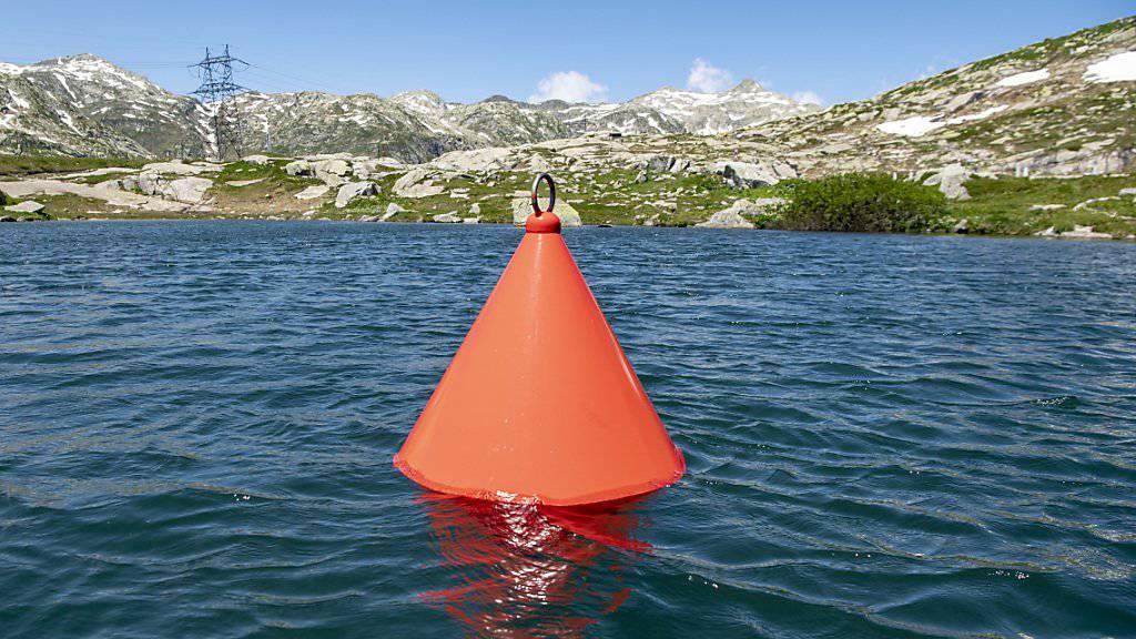 Die rote Boje mit 7000 Wasserbotschaften bleibt bis ins Jahr 2051 auf dem Lago della Piazza auf dem Gotthard-Pass.