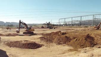 Gelände auf dem Kaisterfeld wird von Baumaschinen wieder so hergerichtet, dass noch dieses Jahr auf einem Teil des Feldes angesät werden kann. (chr)